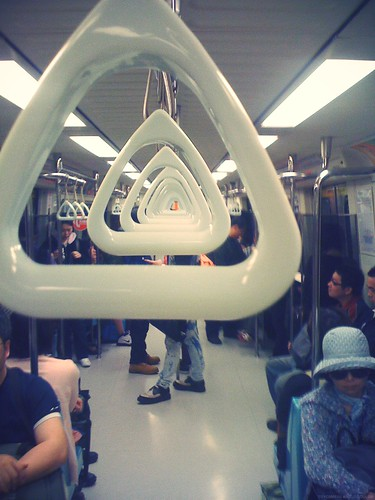 MRT。捷運車廂裡的三角握手環
