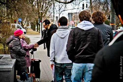 Rencontre entre Arash Derambarsh et des personnes âgées à Varsovie en Pologne