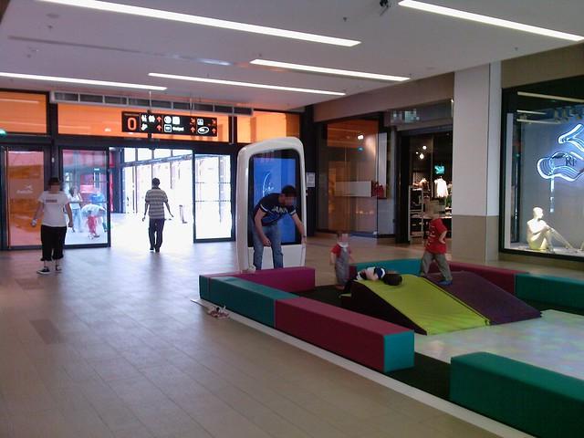 Riv toile cran publicitaire c t d 39 une aire de jeu - Centre commercial rivetoile ...