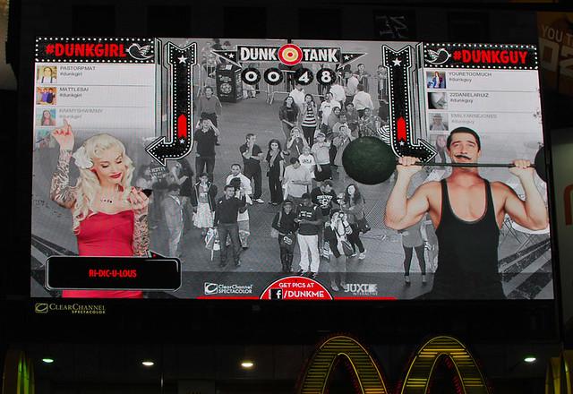Нью-Йорк Таймс-сквер Большой монитор Маша и Марта