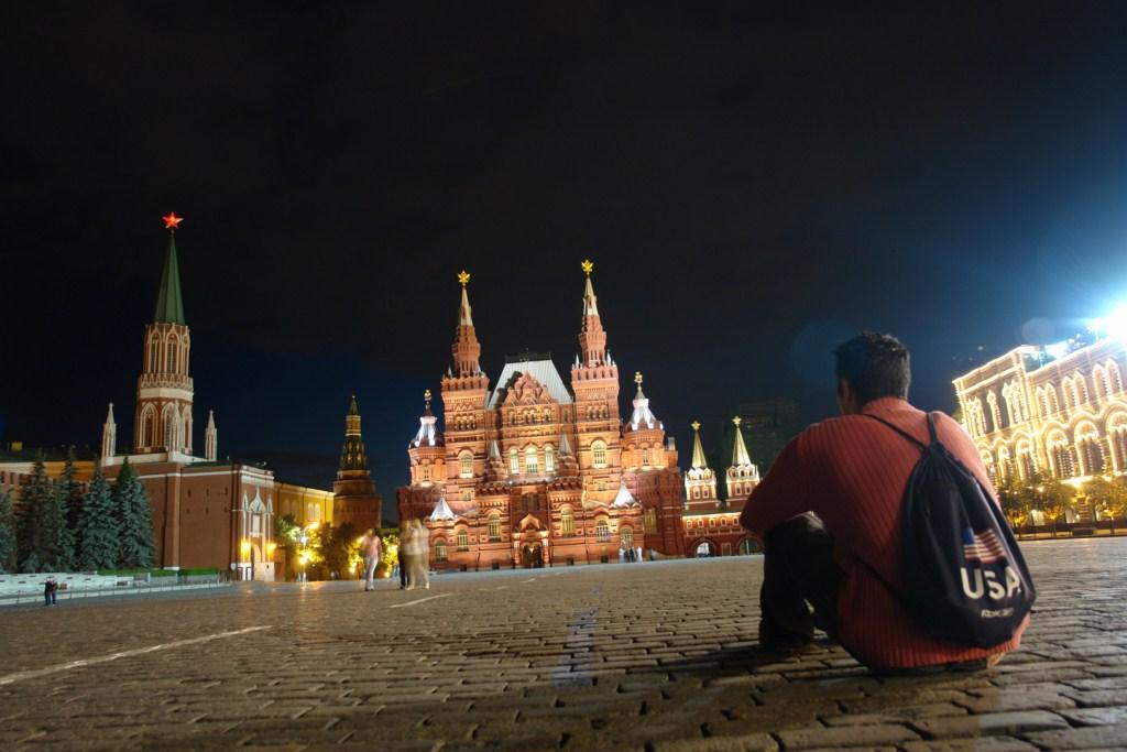 Sentarse en la Plaza Roja por la noche, casi a solas y no sólo disfrutar del Museo de Historia (al fondo) sino de toda la historia que me rodea es una grata experiencia. Plaza Roja de Moscú, el lugar más importante del país más grande. - 8160909223 febcfae62e o - Plaza Roja de Moscú, el lugar más importante del país más grande.