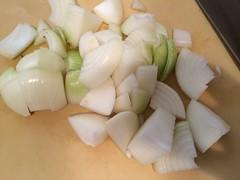玉ねぎは一口大に切ります