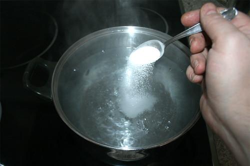 20 - Wasser für Blumenkohl salzen / Salt water for cauliflower