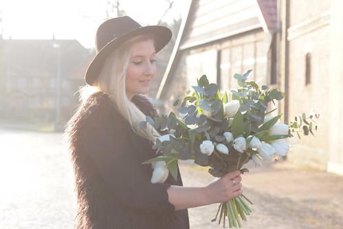 hut-outfit-fashionblog-blog-style-blogger-look-ootd-blumen-.weiß-tulpen