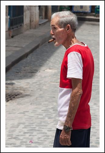 Cuba: man met sigaar by hans van egdom