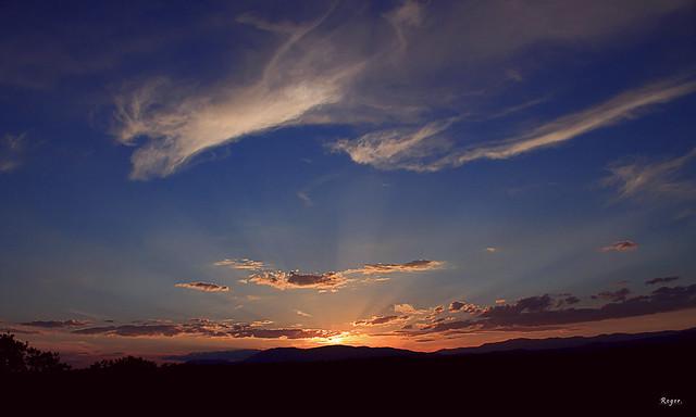 Ùltimos rayos bañando el cielo.