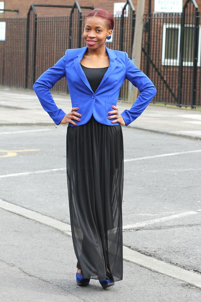 How to wear Sheer Maxi Skirt: Sheer skirt, blue blazer, blue heels, blue earrings & green oversize clutch bag : Street Style