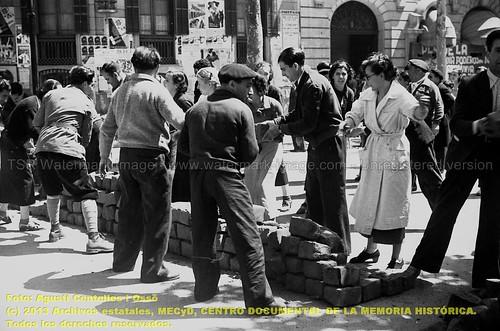 Barcelona, 1934-1938, la guerra fotografiada por Agustí Centelles. Mayo de 1937, la joven comunista Teresa Pàmies ayuda a retirar las barricadas frente al Hotel Ritz que ha sido incautado para ser usado como comedor gastronómico popular. by Octavi Centelles