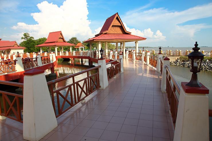 Perkampungan-Ikan-Bakar-Terapung Umbai Bridge