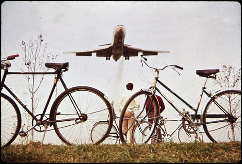 "1972 jet ""roars"" over Gravelly Point"