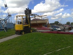 Lifting the Zijlsloep with a forklift