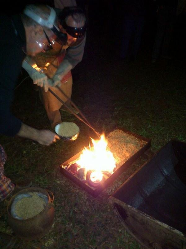Dia do Ceramista 13  Colocação das peças sobre a palha de arroz