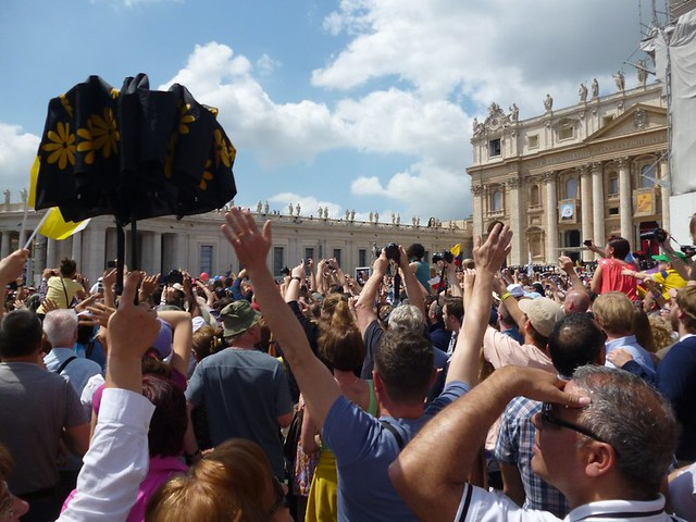 Crowd cheers for the pope