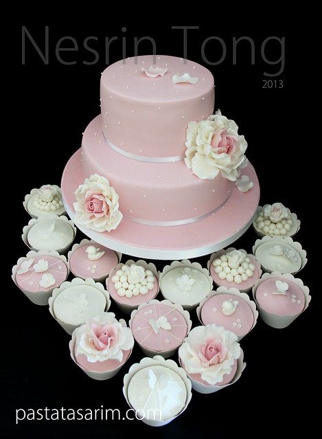 wedıng cake and cupcakes