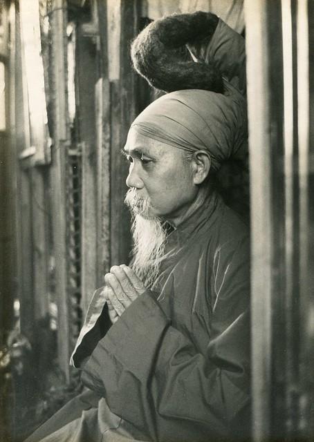 Một tín đồ Phật giáo Hòa Hảo với tóc để dài búi trên đầu, khoảng 1970