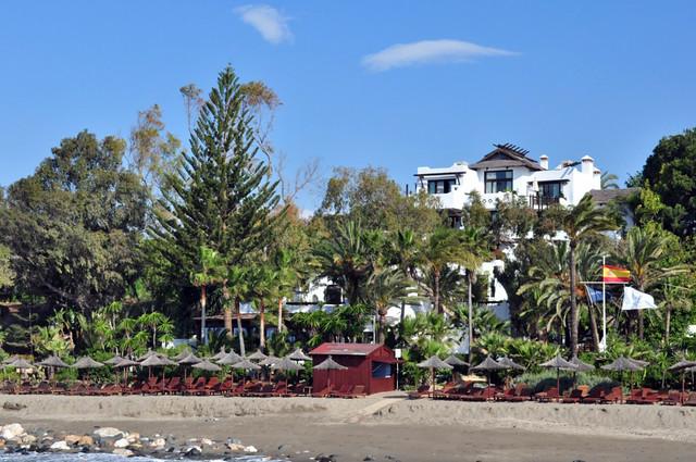 Vista del Hotel inmerso en jardines y vegetación desde el muelle Hotel Marbella Club, #experiencia de lujo en la Costa del Sol - 8741825740 212119832e z - Hotel Marbella Club, #experiencia de lujo en la Costa del Sol
