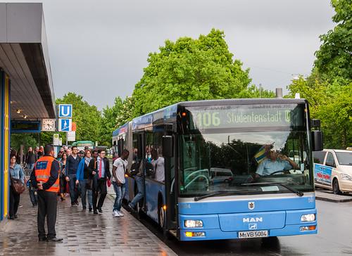 Fahrgäste von der U-Bahn besteigen den MAN-Bus zum Kieferngarten.