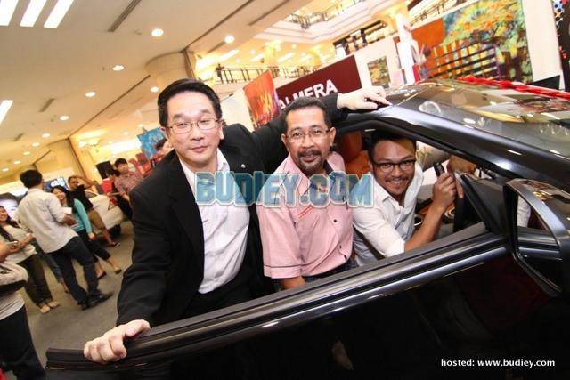 Sam, En. Mahfar and Mr. Tan checking out the Nissan 370Z