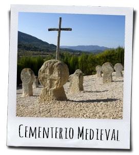 De schijfvormige grafstenen op het oude kerkhof in Fuentespalda