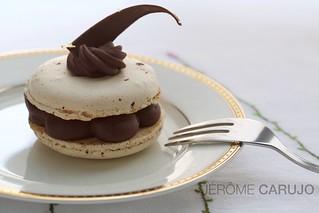 Macaron, ganache chocolat noir / fruit de la passion
