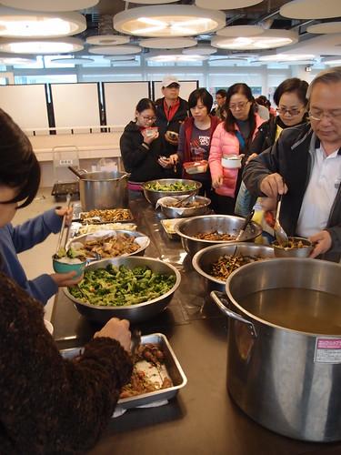 環資家庭日,參與者自備餐具取用社區準備的道地海味午餐;攝影:詹嘉紋
