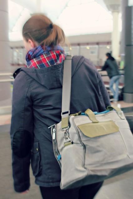 Golla AXL Cabin Bag liikkeessä