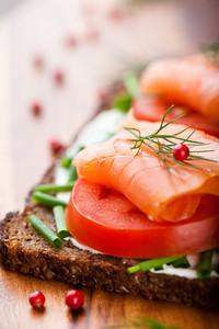 Salmon_on_tomato