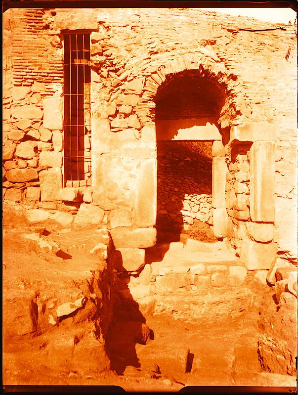 Puerta de Doce Cantos al ser restaurada en 1929. Fotografía de Pedro Román Martínez © Fondo Rodríguez. Archivo Histórico Provincial. Signatura R-143-1-02