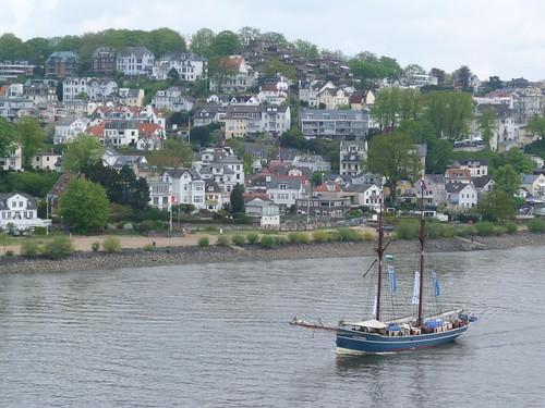 Barco surcando el río Elba en las proximidades de Hamburgo