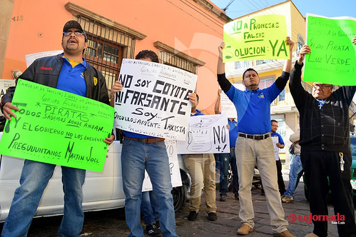 Se manifestaron medio centenar de taxistas del grupo Alfa Cero a las afueras de las instalaciones de la Secretaria de Comunicaciones y Transportes (SCT) del Gobierno