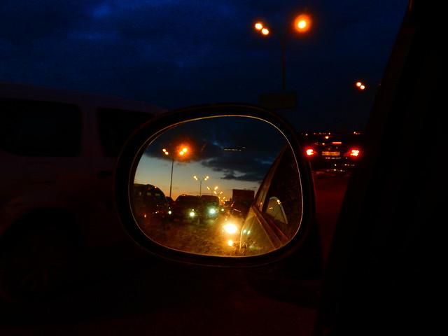 пробка вечером в зеркале