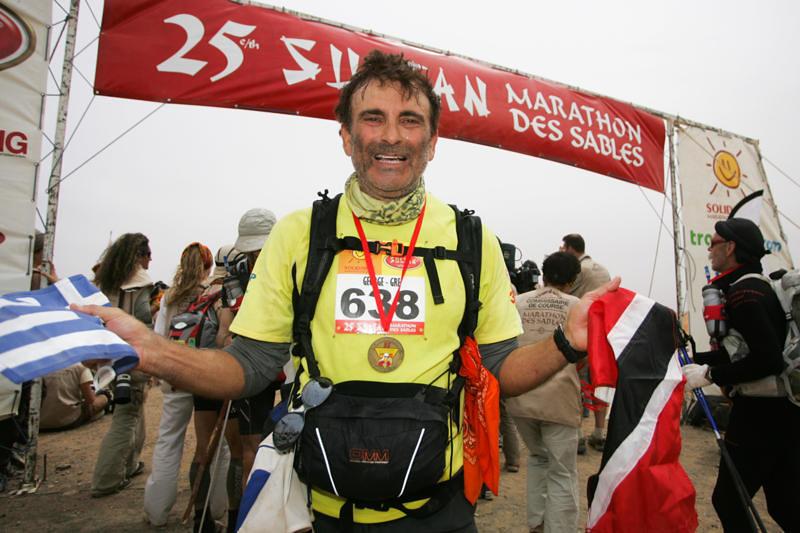 Ο Γιώργος Αρδαβάνης τερματίζει εμφανώς συγκινημένος τον Marathon des Sables ... | Φωτό: Γιώργος Αρδαβάνης