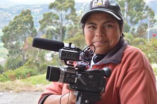 Irene, comunera de los páramos de Ecuador filmando.