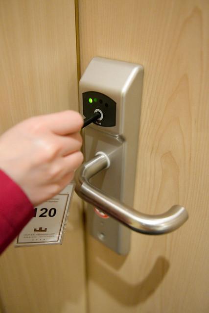【特別的房門鎖】鑰匙像一根棒子,頂在點上一會兒就可以開了