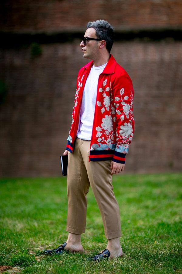 赤花柄スイングトップ×白Tシャツ×ベージュスラックス×黒ビットモカシン