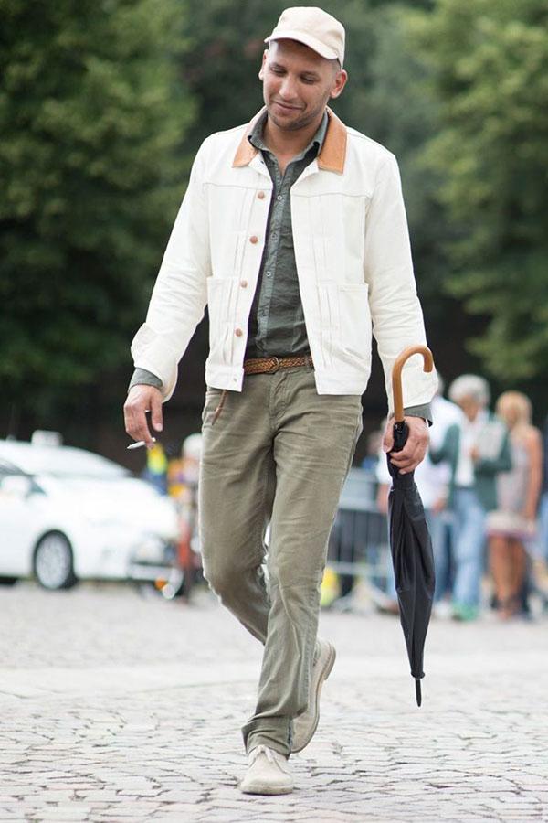 ベージュキャップ×白Gジャン×カーキシャツ×カーキパンツ×ベージュチャッカブーツ