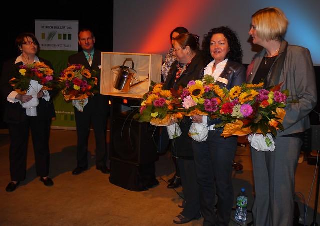 Die Vereinsmitglieder der Hospiz-Initiative Espelkamp nehmen den Ideen- und Initiativpreis »Der Heinrich« entgegen: www.boell-nrw.de/web/ueber-uns-der-heinrich.html