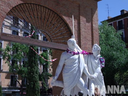 Estatuas de la plaza del Dos de Mayo con bufanda