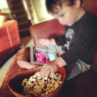 iPad, YouTube, Popcorn & Grapes… Monday night at Kuo De Casa #chunkysalsa
