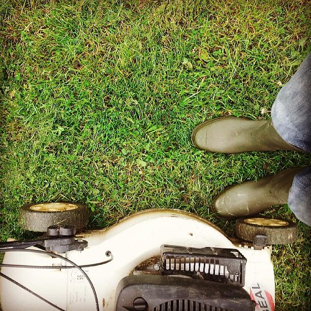 j 39 ai mis des bottes pour tondre la pelouse flickr photo sharing. Black Bedroom Furniture Sets. Home Design Ideas