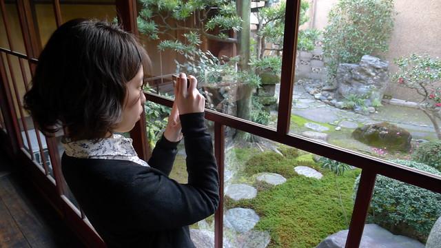窓ガラスのしずくを撮影する平松紘実さん