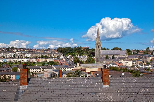 Paisaje urbano de Derry, Irlanda del Norte.