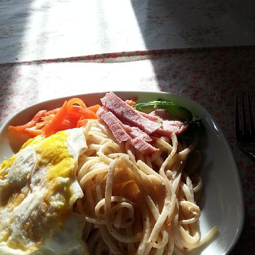 早餐吃涼麵加蛋