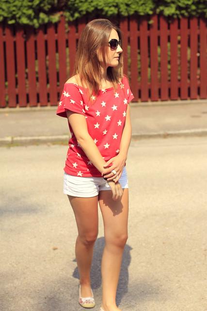 shorts blancos y camiseta roja