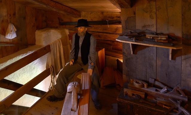 Abuelo de Heidi tratando la madera en la casa de Heidi