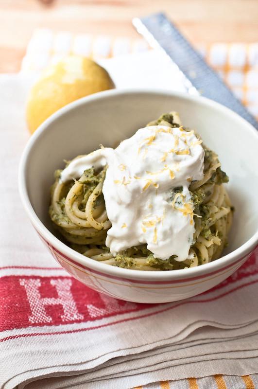 Spaghetti con crema di broccolo e stracciatella al profumo di limone