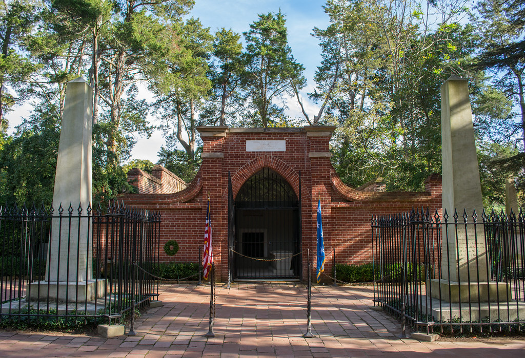Tomb of George Washington - wide - Mount Vernon - 2014-10-20
