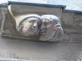 Rostros en una fachada de Rodez