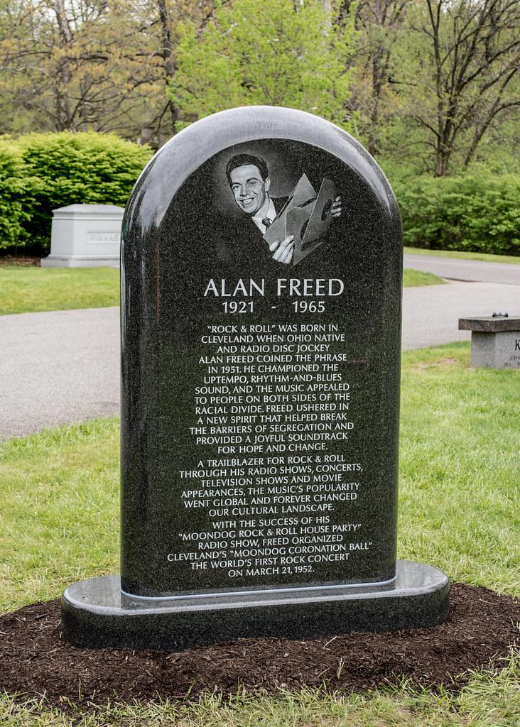 Alan Freed memorial dedication 03 - Lake View Cemetery - 2016-05-07