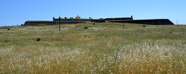 Vista del castillo diociochesco de Elvas, a las afueras de la ciudad.